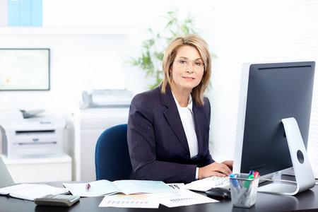 expert comptable: Business jolie femme travaillant au Bureau  Banque d'images