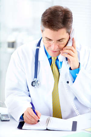 calling: Doctor en medicina llamada telef�nica en la Oficina