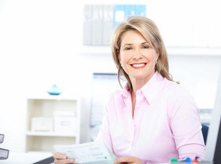 mujeres maduras: Mujer de negocios bastante trabajo en la Oficina  Foto de archivo