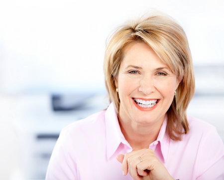 mujeres ancianas: Mujer de negocios feliz en la Oficina