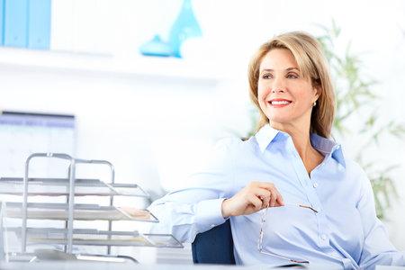 bookkeeper: Mujer de negocios bastante trabajo en la Oficina  Foto de archivo