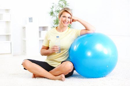 Mulher de fitness com uma garrafa de água de nascente