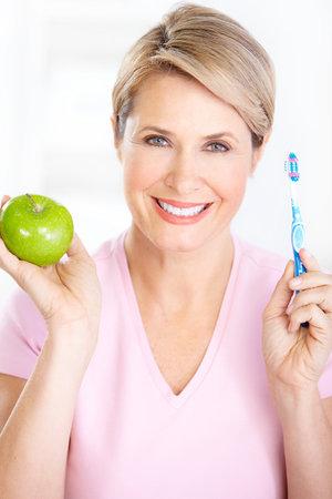 euforia: Hermosa mujer madura con un cepillo de dientes.  Foto de archivo