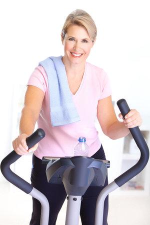 eliptica: Gimnasio & fitness. Sonriente anciana puliendo.