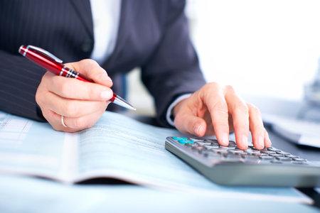 bookkeeping: Mujer de negocios, trabajando con documentos en la Oficina
