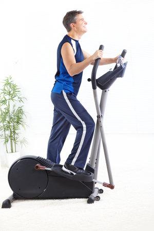 man working out: Gimnasio & fitness. Hombre sonriente puliendo.