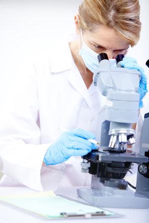 investigador cientifico: Mujer que trabaja con un microscopio en un laboratorio