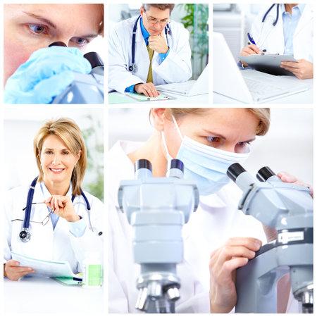 Vrouw die werkt met een microscoop in een lab