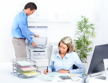werk: mensen uit het bedrijfsleven werken met computer in het kantoor