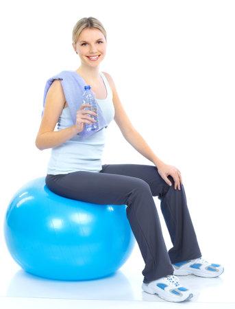Fitness en sport zaal. Jonge vrouw met water een glimlach. Geïsoleerd op witte achtergrond