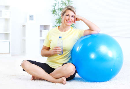 Fitness woman with a bottle of spring water  Zdjęcie Seryjne