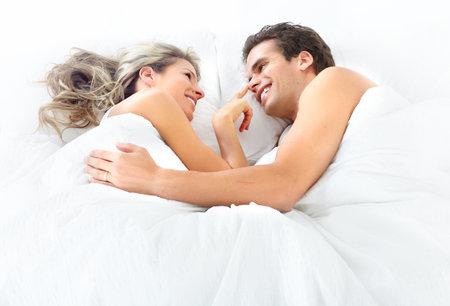 pareja durmiendo: Joven feliz pareja en la cama