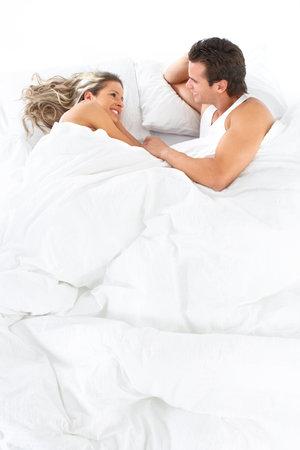 couple lit: Jeune couple heureux dans son lit