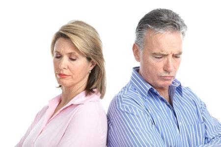 divorcio: Triste pareja de ancianos. Divorcio. Aislados sobre fondo blanco