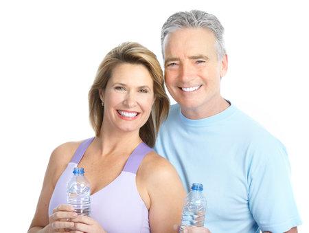 mujeres ancianas: Gimnasio & Fitness. Pareja de ancianos elaboraci�n de una sonrisa. Aislados sobre fondo blanco  Foto de archivo