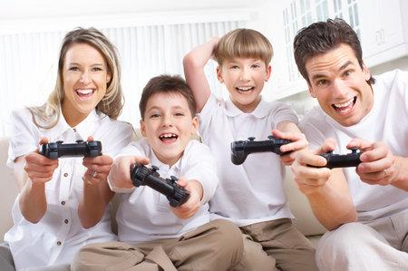 játék: Boldog család. Apa, anya és a gyerekek játszanak a videojáték