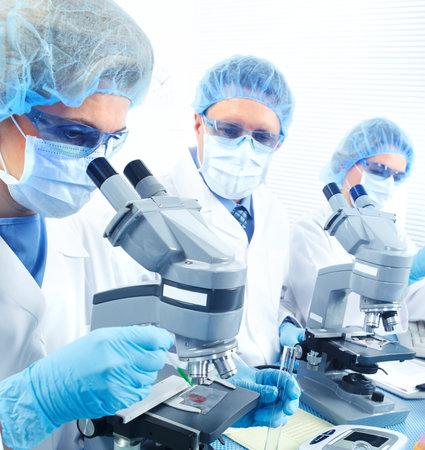 Science team werken met microscopen in laboratorium Stockfoto