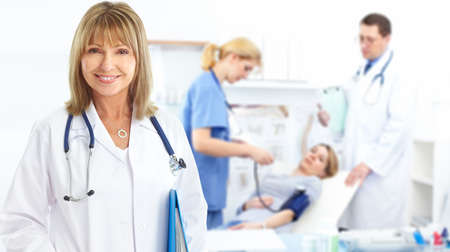 Artsen en jonge vrouw patiënt.  Stockfoto