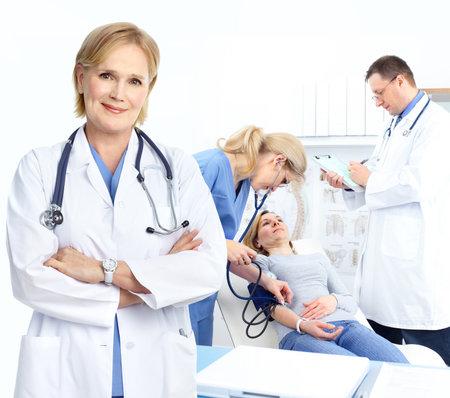 Pacjent: Lekarze medycyny i kobieta pacjenta.