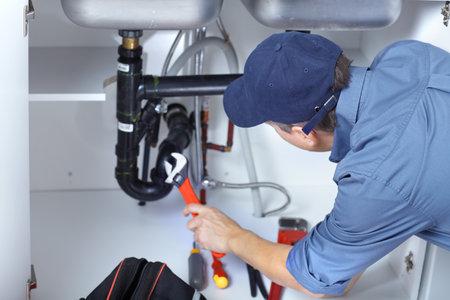 werk: Volwassen loodgieter tot vaststelling van een was tafel in de keuken