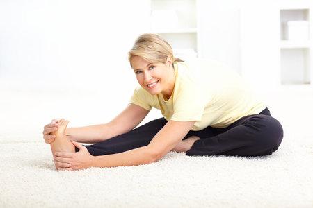 euforia: Feliz mujer madura haciendo yoga  Foto de archivo