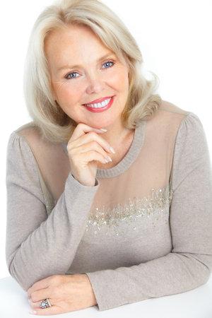 mujeres mayores: Anciana feliz sonriente. Aislados sobre fondo blanco