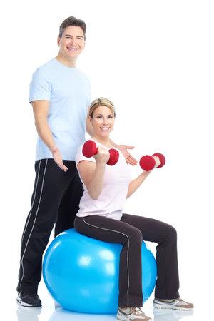 hombre fuerte: Gimnasio. Sonriente joven fuerte y una mujer. Aislados sobre fondo blanco  Foto de archivo