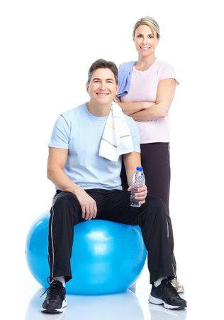 uomo palestra: Fitness. Sorridente donna e uomo forte. Isolato su sfondo bianco  Archivio Fotografico