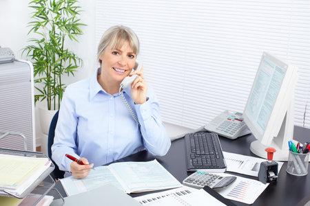 bookkeeping: Mujer de negocios bonita que trabajan en la Oficina
