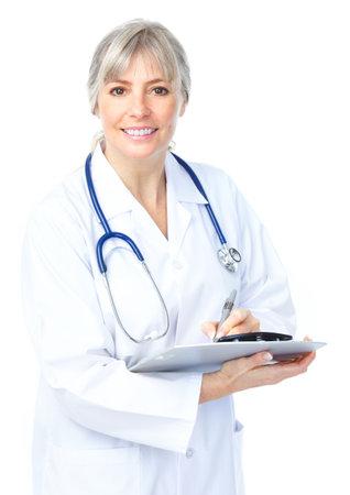 cirujano: Mujer sonriente de doctor en medicina con el estetoscopio. Aislados sobre fondo blanco