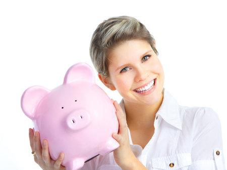 mucho dinero: Mujer joven con una hucha. Aislados sobre fondo blanco