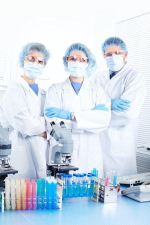 bata blanca: Equipo de ciencia trabajando con microscopios de laboratorio  Foto de archivo