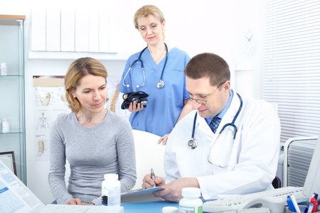 Pacjent: Lekarze medycyny i kobieta pacjenta.   Zdjęcie Seryjne