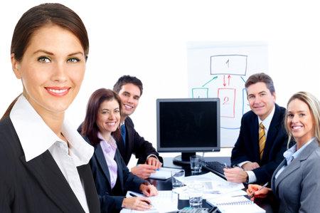 discutere: Sorridente business team di persone lavorano in ufficio