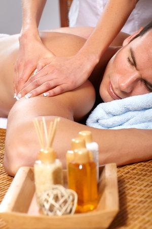 homme massage: jeune homme handsome obtenir un massage