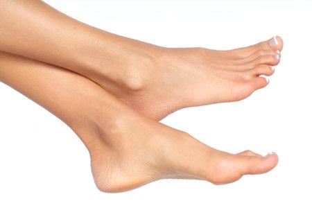 pied jeune fille: Pieds femelles. Isol� sur fond blanc  Banque d'images