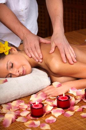 masoterapia: Joven y bella mujer obtener un masaje
