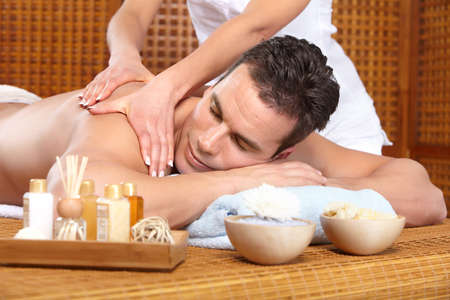 massage homme: jeune homme handsome obtenir un massage