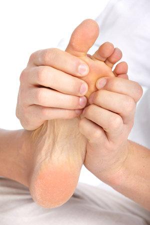 mani e piedi: Massaggio piedi femminili. Su sfondo bianco  Archivio Fotografico
