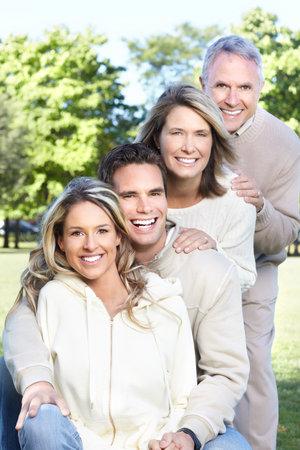 Familia feliz en el parque. Padre, la madre, el hijo y la hija Foto de archivo - 8863842