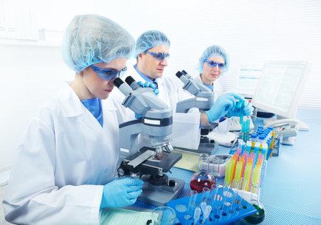 investigador cientifico: Equipo de ciencia trabajando con microscopios en laboratorio