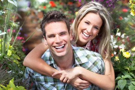 parejas felices: Young feliz sonriente pareja de enamorados