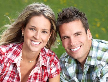 giggle: Young feliz sonriente pareja de enamorados
