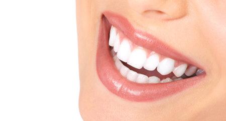 healthy teeth: Dientes de mujer sana y sonrisa. Cerrar.