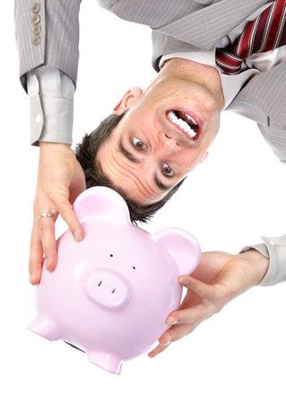 salarios: Empresario sosteniendo una hucha. Aislados sobre fondo blanco
