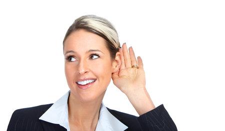 personas escuchando: Mujer de negocios felices escuchando.  Aislados sobre fondo blanco  Foto de archivo