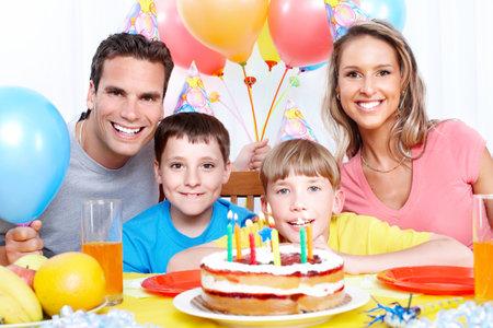 행복 한 가족입니다. 아버지, 어머니, 집에서 생일을 축하하는 어린이