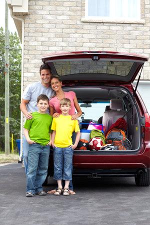 voyage: Famille heureuse souriant et une voiture familiale