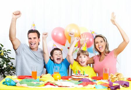mujer hijos: Familia feliz. Padre, madre e hijos celebrar cumplea�os en casa  Foto de archivo