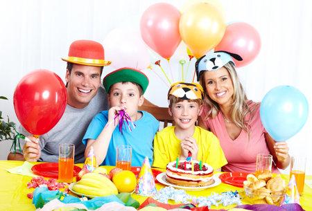 Gelukkige familie. Vader, moeder en kinderen vieren verjaardag thuis  Stockfoto